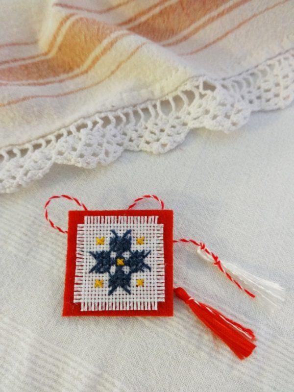 Мартеница - брошка с българска шевица