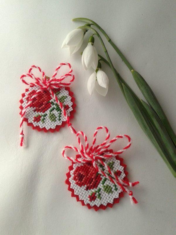 Бродирана мартеница с роза