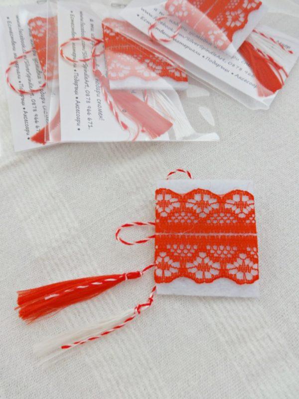 Дамска мартеница за ревер от филц и дантела