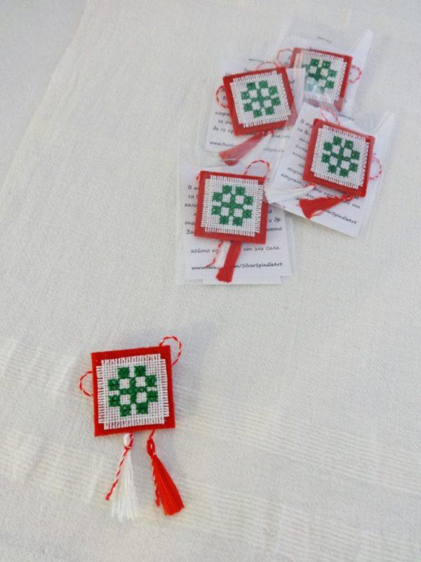Дамска мартеница за закичване брошка със зелена шевица