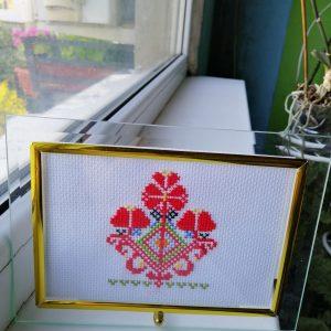 Българска шевица в стъклена рамка