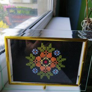 Българска шевица в стъклена рамка.