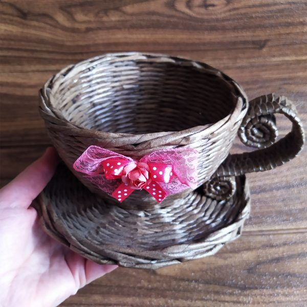 Декоративна чаша от обработени сплетени хартиени пръчици