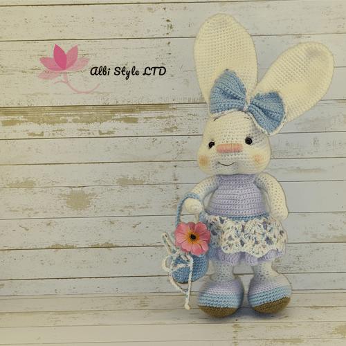 Плетено зайче с панделка, рокля и чанта в пастелни цветове