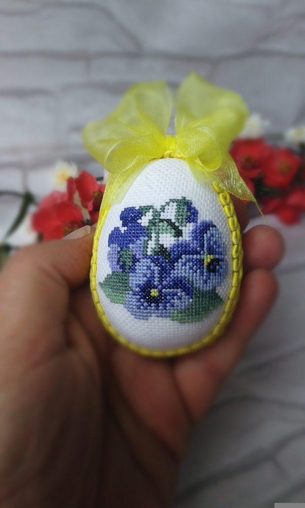 Великденско яйце с теменужки