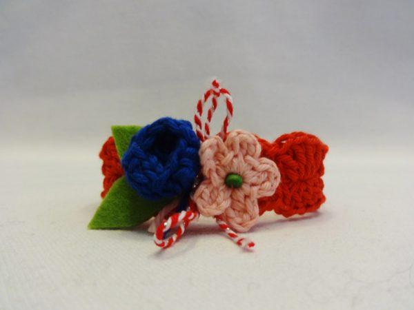 Авторска плетена мартеничка с цветя от естествени материали