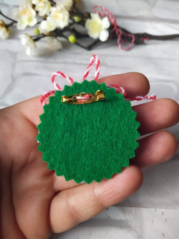 Мартеница-брошка с цветя