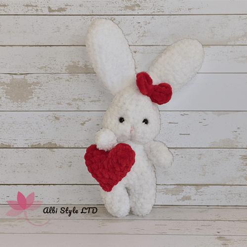 Малко плетено  зайче със сърце в цвят бял