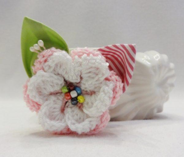 """Брошка """"Розов кварц"""" с плетено цвете в светлорозово и бяло"""