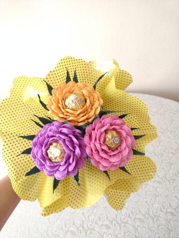 Букет с рози от креп хартия и бонбони