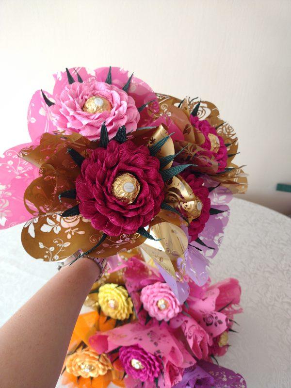 Букет с роза от креп хартия с бонбон Фереро Роше