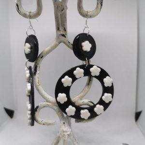 Обеци от полимерна глина със сребърна закачалка - цвят бяло и черно
